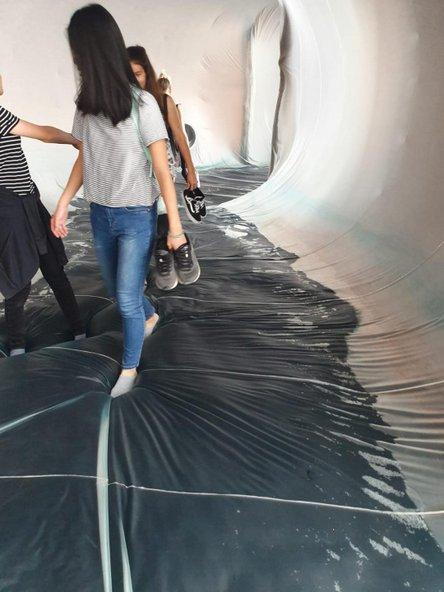 בביתן הבית של ונציה המבקרים מתבקשים לחלוץ נעליים וללכת על מצע פלסטיק שחור שנפרש על המים | צילום: הדס בכר