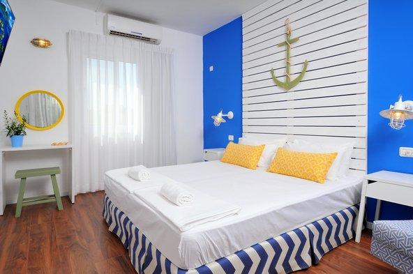 החדרים במלון מטיילים גשר הזין מעוצבים בסגנון יווני, בצבעי כחול לבן ועם מוטיבים של ים