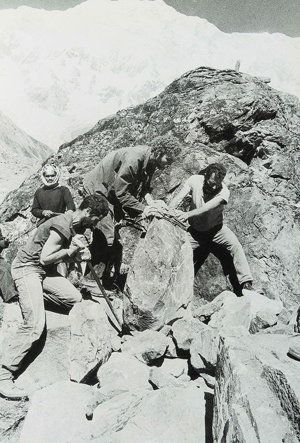 סוחבים סלעים במעלה הבולדר, 1981 | צילום: אברהם חי