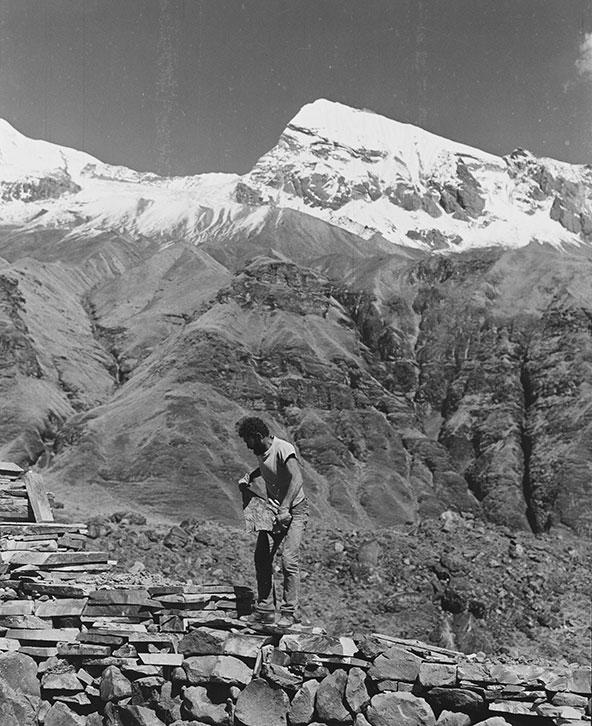 עזרא אוריון בעבודה על הפסל הטקטוני מול פסגת האנפורנה המושלגת, 1981 | צילום: אברהם חי
