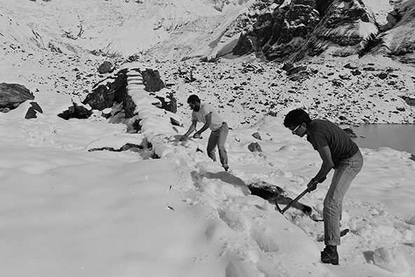 שיקום הפסל בסתיו 1983. שכבת שלג בעומק כחצי מטר כיסתה אז את הבקעה | צילום: אברהם חי