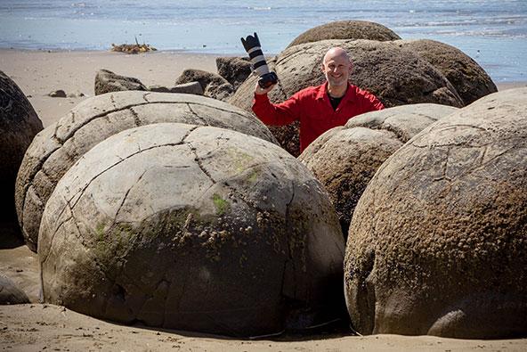 רפי מציץ מבין הסלעים. הכי חשוב ליהנות מהדרך, לא כאמירה ריקה אלא באמת