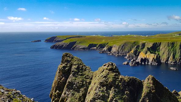 מנופי האי פייר. אי קטן, מבודד ומרוחק מחופי בריטניה