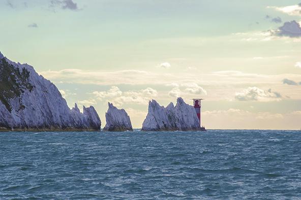 """הנידלס (""""המחטים""""), מקבץ של סלעי גיר לבנים שמזדקרים מתוך הים באי וייט"""