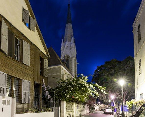 רחוב בר הופמן במושבה האמריקאית, עם בתי העץ והאבן והצריח של כנסיית עמנואל | צילום: Dmitriy Feldman svarshik / Shutterstock.com