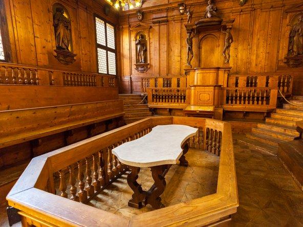 התיאטרון האנטומי. פעם ניתחו כאן גופות, היום אפשר להתרשם מגילופי העץ | צילום: Salvador Maniquiz Shutterstock.com
