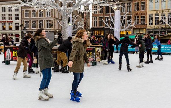 זירת החלקה על הקרח ליד כיכר השוק בברוז'