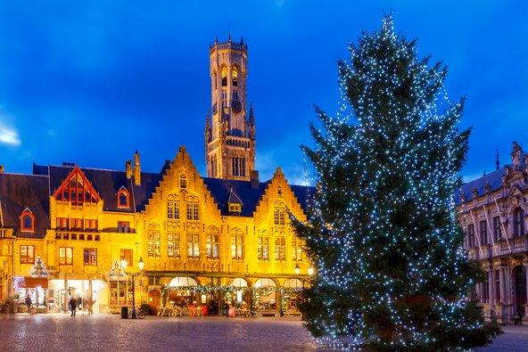 עץ חג מולד מואר בכיכר בברוז'