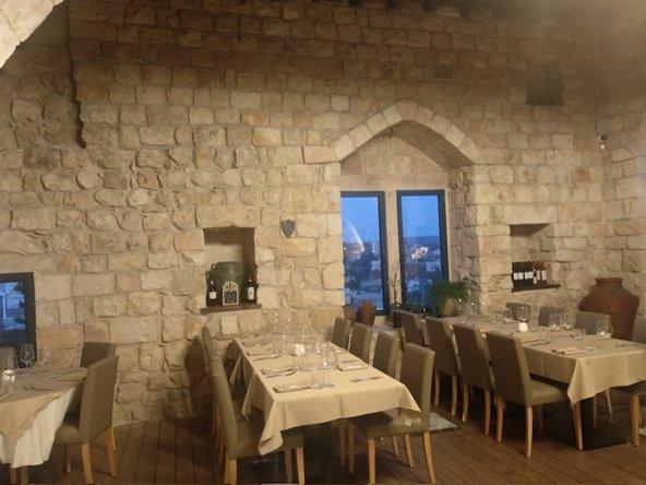 שאטו דה רואה. המבצר המלבני שוחזר והוסב למסעדה רומנטית