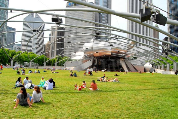 פארק המילניום בשיקגו. ריאה ירוקה בין גורדי השחקים | צילום: Lissandra Melo / Shutterstock.com