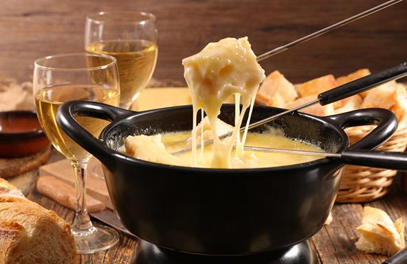 אין כמו פונדו גבינות כדי לחמם ולהשביע בחורף השווייצרי הקפוא