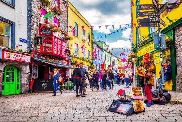 ברחובות הצבעוניים של גאלווי תמיד קורה משהו, מהופעות מוזיקאים ועד תיאטרון רחוב | צילום: C.Echeveste / Shutterstock.com