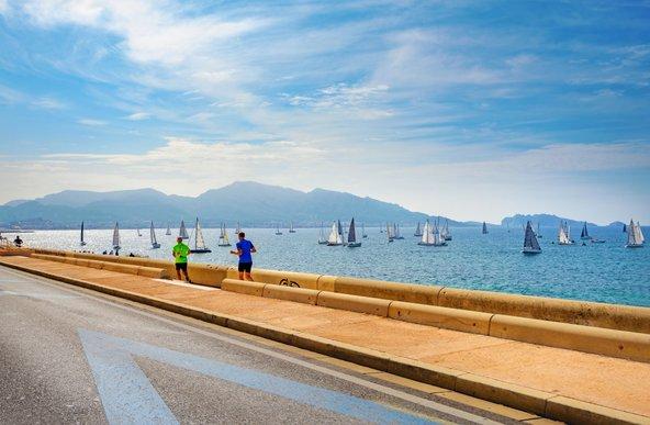 טיילת לה קורניש. טיול רגלי לאורך הים | צילום: Valery Bareta / Shutterstock.com