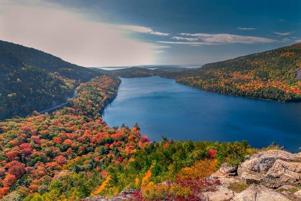 מיין התברכה בנופים של הרים, יערות ואגמים