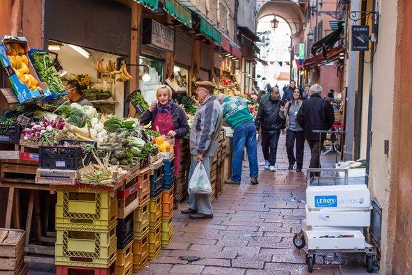 שוק קוודרילטרו ששוכן בעיר העתיקה הוא מקום נהדר לרכוש בו תוצרת מקומית | צילום: Cividin / Shutterstock.com