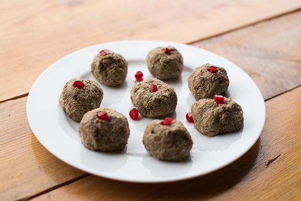 המטבח הגאורגי עשיר במנות צמחוניות וטבעוניות, כמו זאת - כדורי אגוזים מעוטרים בגרגרי רימון