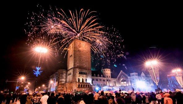 זיקוקים לכבוד השנה האזרחית החדשה מעל הטירה המלכותית בפוזנן
