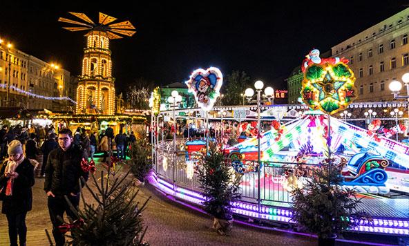 שוק חג מולד בפוזנן. לא יושבים לבד, ובטח שלא בחושך