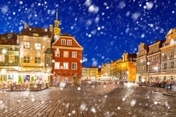 שלג יורד על העיר העתיקה של פוזנן