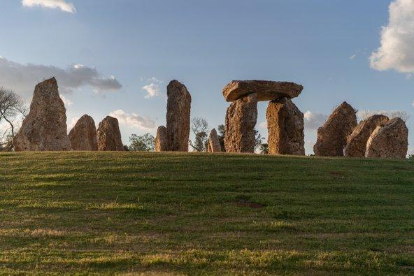 גן הסלעים בפארק הירקון. חלק מהסלעים סודרו במבנה שמזכיר את מעגל האבנים סטונהנג'