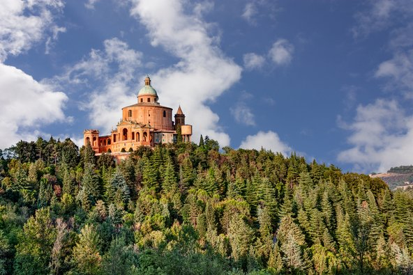 מנזר סן לוקה שוכן בראש גבעה מיוערת ממנה נשקף נוף יפה של העיר