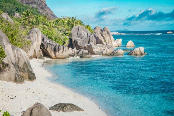 חוף בסיישל המעוטר בסלעי גרניט וצמחיה טרופית