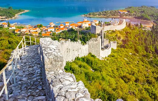 טיול על החומה האדירה של סטון מציע נופים מדהימים של הים, העיירה והאזור כולו