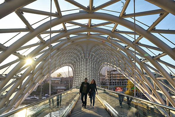 גשר השלום, שנבנה ב-2010 והפך לסמלה של העיר