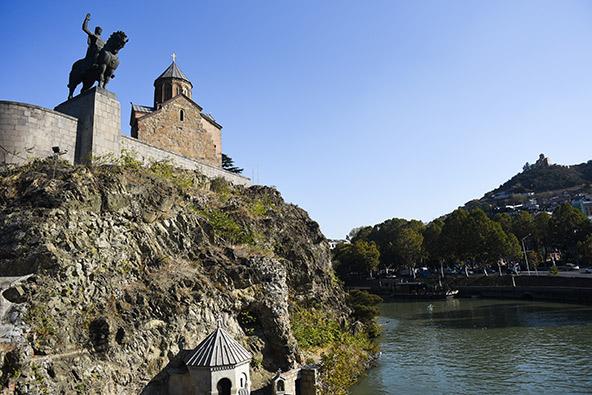 הפסל של וכטנג גורגסלי משקיף על הנהר והעיר | הצילומים בכתבה: אופק רון-כרמל