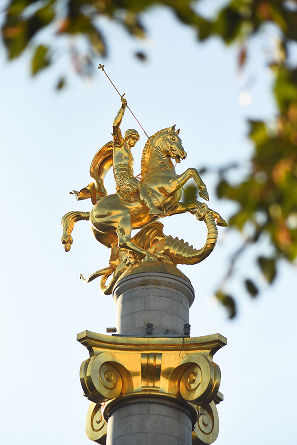 """פסל של גיאורגיוס הקדוש, הפטרון של גאורגיה, המתואר באמנות בתור """"הורג הדרקון"""""""