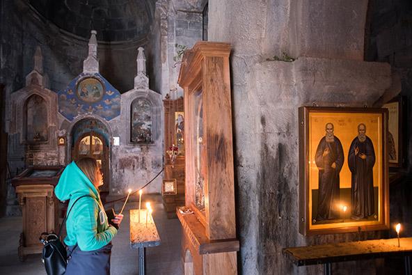 בתוך כנסיית השילוש הקדוש. על פי אגדה מקומית, את המיקום הנידח שלה בחר נשר