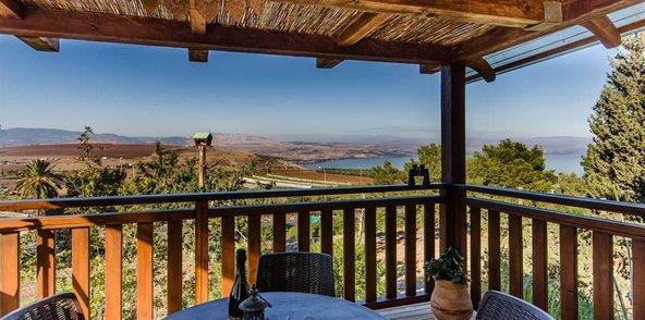 הנוף הנשקף מהמרפסת של בית העץ מהווה פתיחה מושלמת ליום חופשה