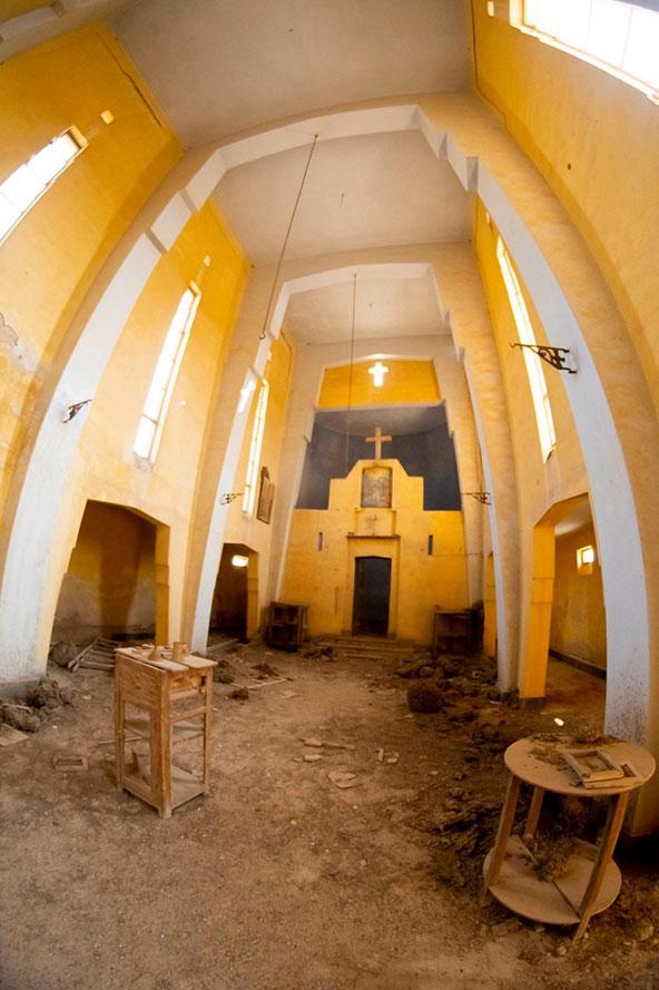 המנזר האתיופי, הגדול מבין המנזרים. מבנה גבוה, גותי ונזירי משהו, בגוונים של צהוב ולבן | צילום: אורטל צבר