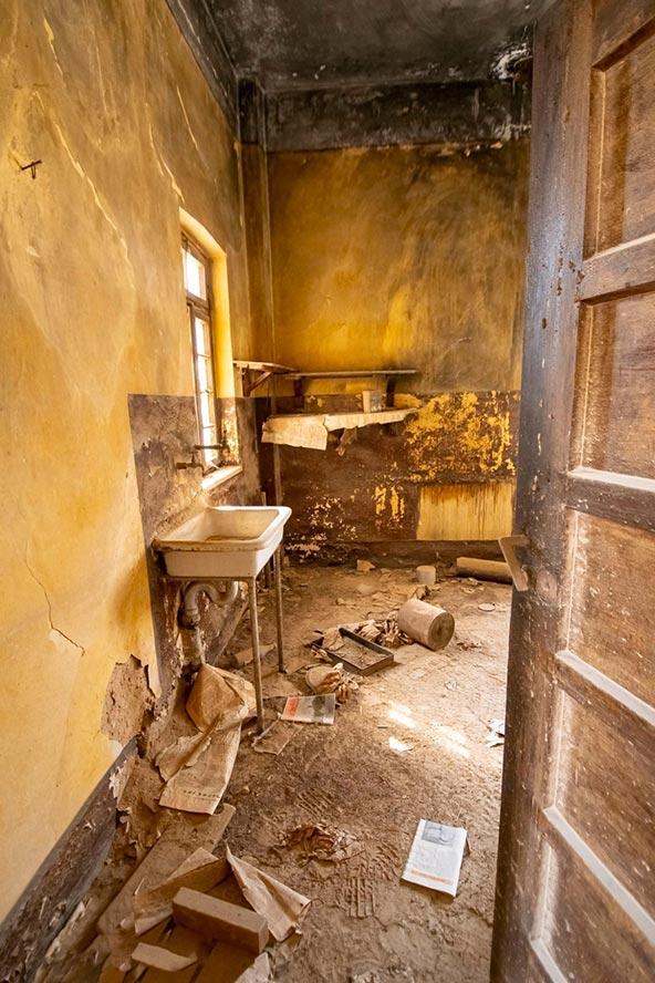 בחדרים הקטנים שבהם גרו הנזירים נותרו כמה שרידים: כיור, כיסא, מיטה | צילום: אורטל צבר