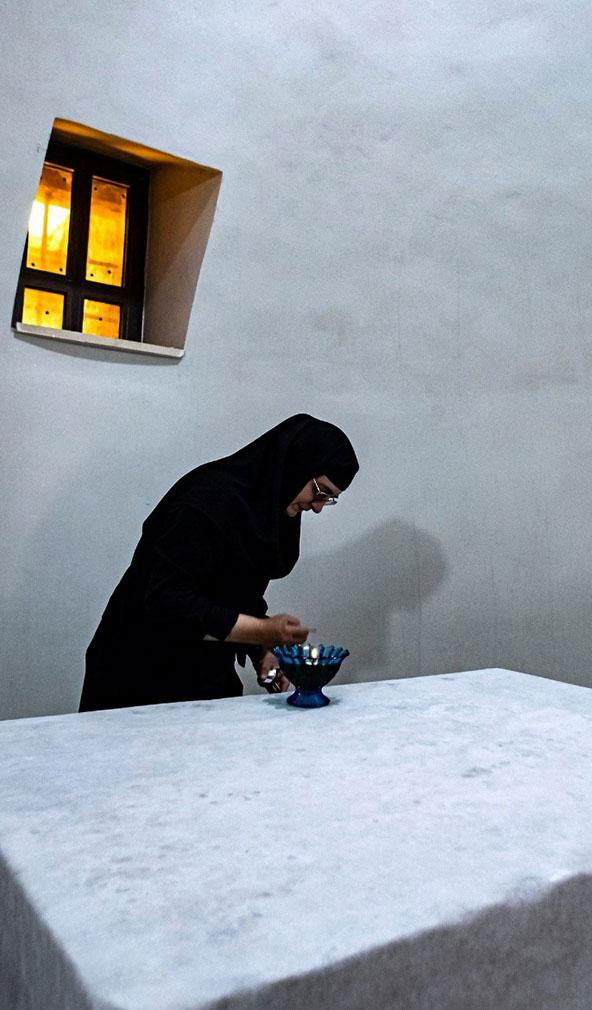 נזירה מדליקה נר במנזר היווני אורתודוכסי על שם יוחנן המטביל | צילום: אורטל צבר