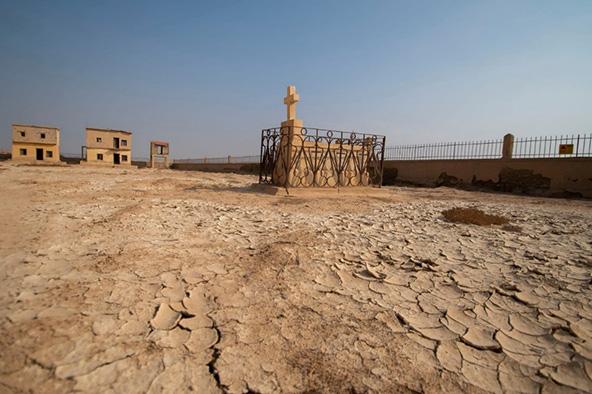 המנזר הרומני והקבר של אחד הנזירים בחצר | צילומים: אורטל צבר