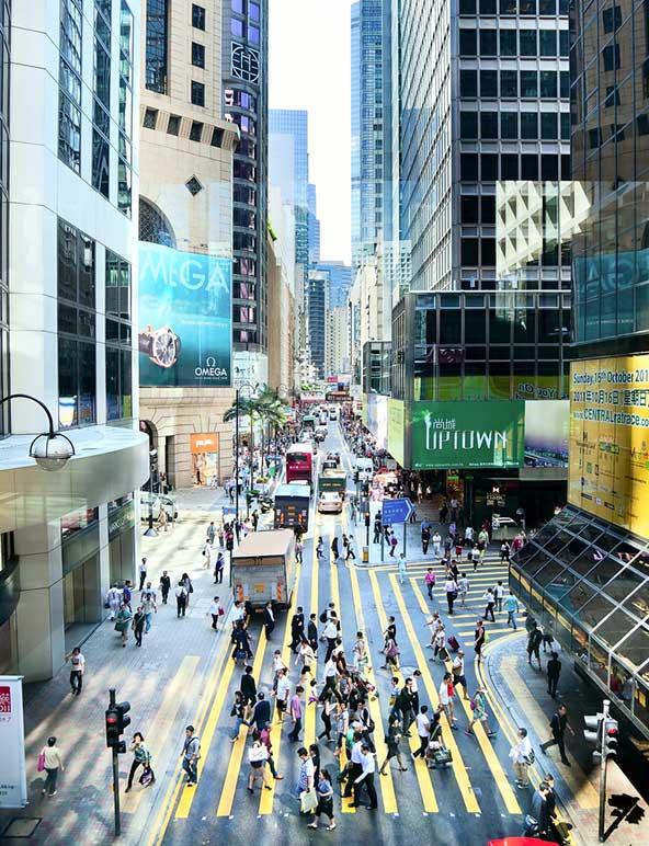 אנשים עסקים בסנטרל, אזור העסקים של הונג קונג, בימים שקטים ונטולי הפגנות