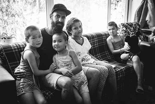 עם יתומים בבית יתומים בבישקק שבו התנדב | הצילום באדיבות לונלי פלג, כל הזכויות שמורות
