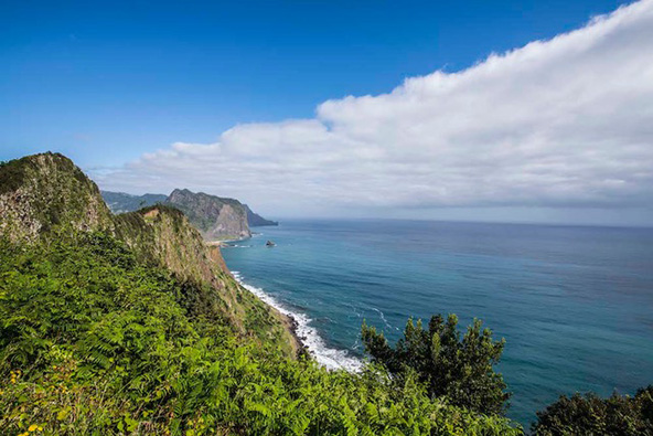 תצפית על קו החוף של מדירה והאוקיינוס הכחול. הכי כחול שאפשר לדמיין