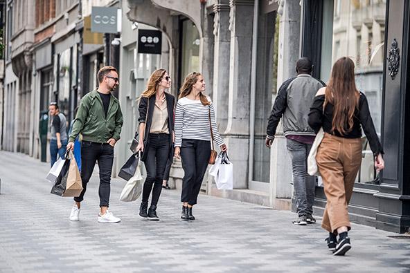 רחוב בבריסל, עיר נטולת גינונים מתנשאים, שגורמת לכולם להרגיש בנוח