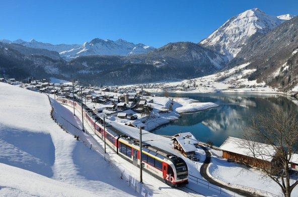 נוף בקו הרכבת לוצרן-אינטרלקו. נסיעה ברכבות מאפשרת ליהנות מנופי שווייץ מתוך קרון הרכבת החמים | צילום: swiss-image.ch/Christian Perret