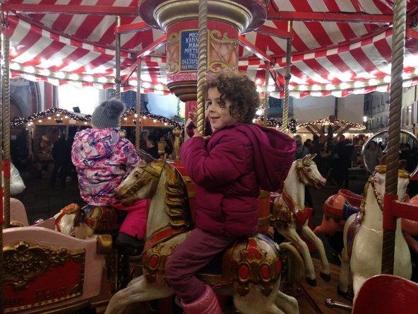 קרוסלה בשוק חג המולד | צילום: סימי שאואר
