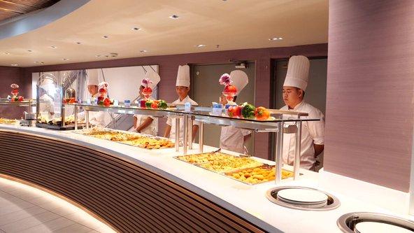 הארוחות באנייה נועדו לספק מגוון טעמים והעדפות, ממנות צמחוניות ועד מנות גורמה לאניני טעם