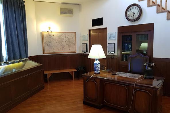מתוך היכל הזיכרון לסוגיהארה ביאוטסו: שחזור המשרד בקונסוליה היפנית שם כתב סוגיהארה את אשרות המעבר