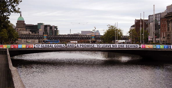 גשר מעל נהר הליפי בדבלין עם ציון 17 יעדי הקיימות   צילום: Derick Hudson / Shutterstock.com
