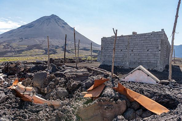 בית בכפר שבתיו נהרסו בהתפרצות האחרונה של הר הגעש פוגו