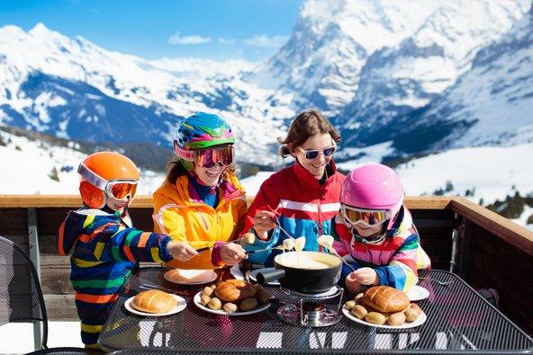 כשמתלבשים חם ואוכלים פונדו וראקלט, לא מרגישים את הקור גם כשהטמפרטורות יורדות מתחת לאפס | צילום: FamVeld, שאטרסטוק