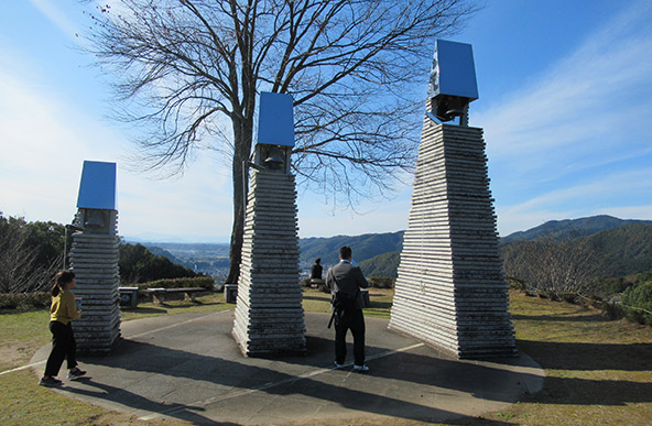 מגדלי הפעמונים בגבעת האנושיות מעל העיירה יאוטסו | צילומים בכתבה: רותם בר כהן