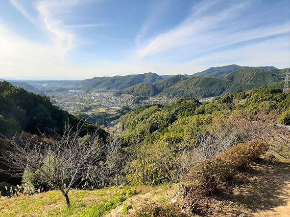 מגדלי הפעמונים והנוף הנשקף מגבעת האנושיות מעל העיירה יאוטסו | צילומים בכתבה: רותם בר כהן