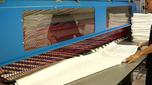 בכל יום צריך לדאוג לכביסה וגיהוץ של אלפי פריטים, כמו סדינים ומגבות